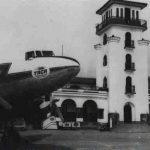 Torre de Control del Aeropuerto La Sabana y DC-3 de TACA.