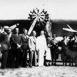 Grupo en el Aeropuerto La Lindora, frente a un avión Trimotor Ford